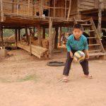 Деревни северного Лаоса - пацаны гоняют сдутый мяч, вокруг бегают свинятки