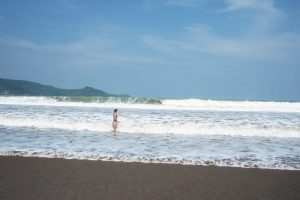 Высокие волны залива Пачитан остров Ява. Шум волн слышен всю ночь и весь день