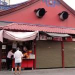 Ранее утро на Пенанге открываются лавки торговцев