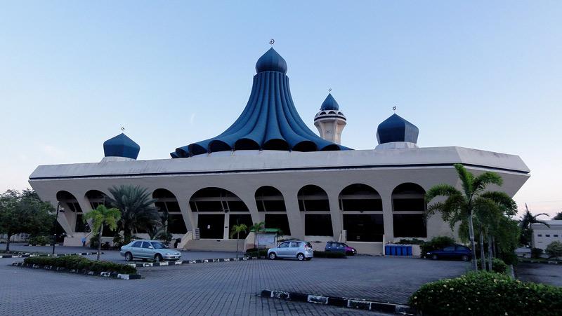 В Малайзии можно каждый раз удивляться архитектуре мечетей. Канонов нет. Выглядит футуристично