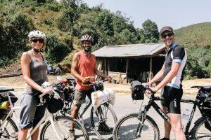 Встретили группу велосипедистов между перевалами в Лаосе