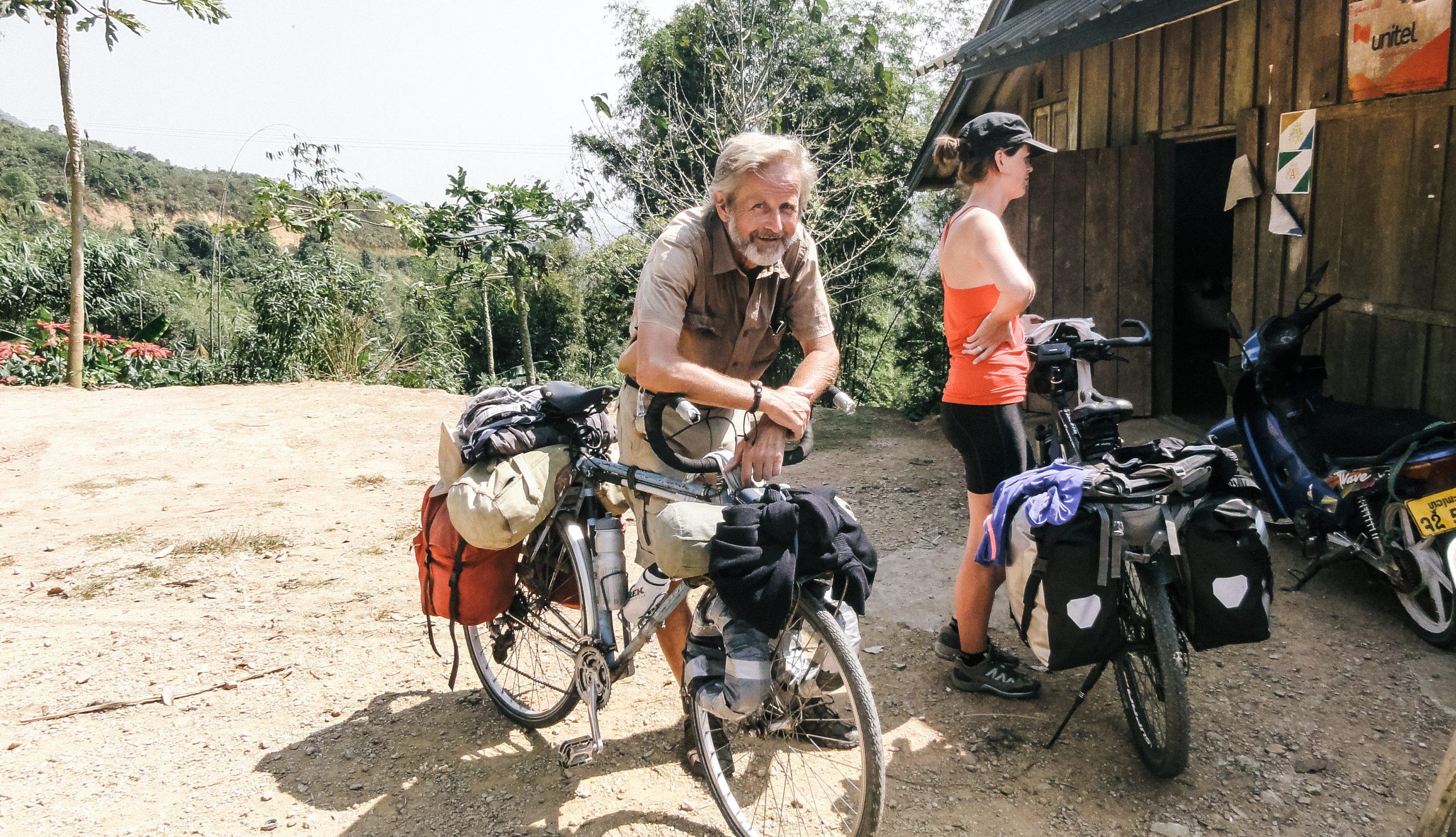 Велосипедист из Голландии ему за 60 и он катает по перевалам Лаоса, а его велосипеду еще больше лет