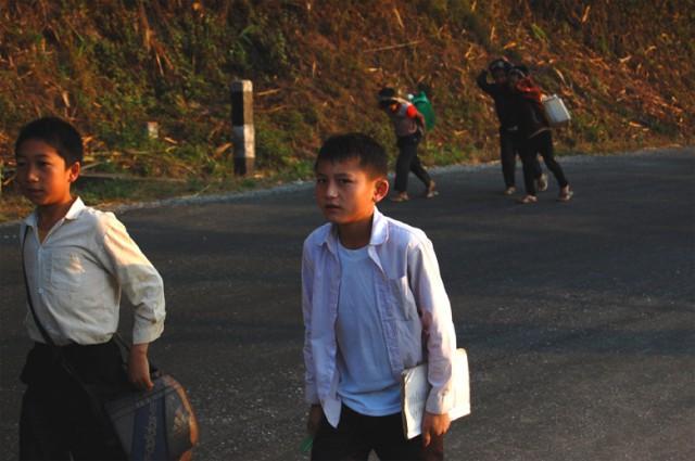 Школьники идут на уроки в Киу Качам