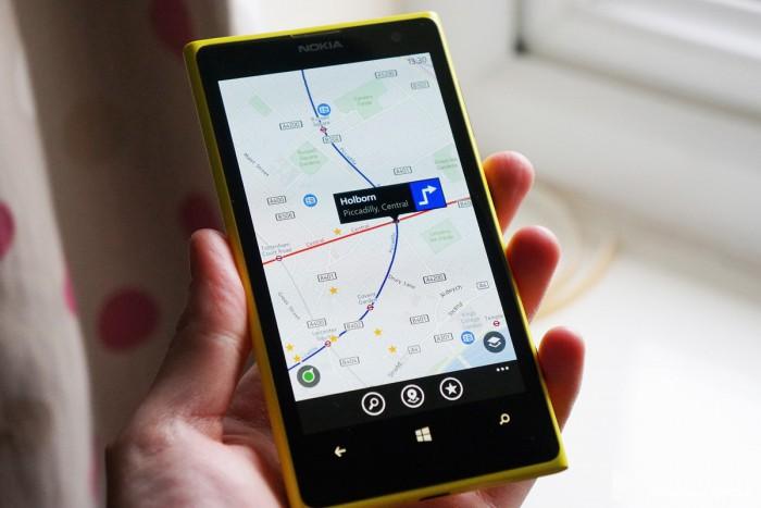 Путешествует с помощью карт на Nokia Lumia