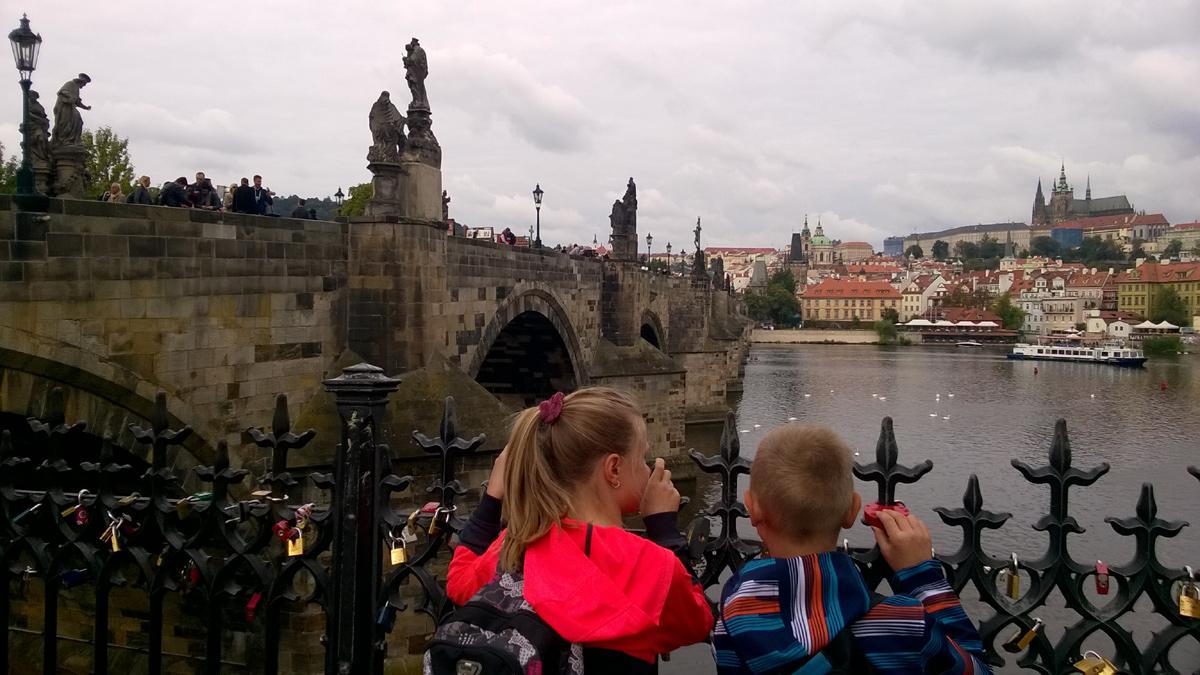 Карлов Мост в Праге самое популярное место для туристов. Днем и вечером здесь толпы людей