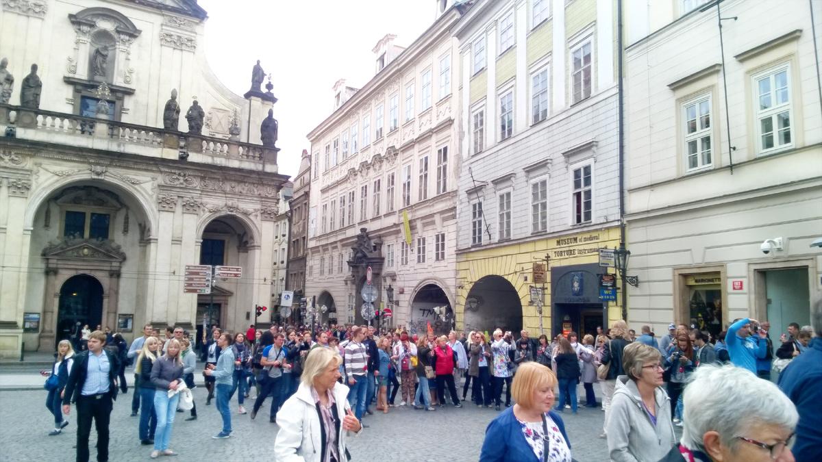 Туристы идут к Карловому мосту, Прага