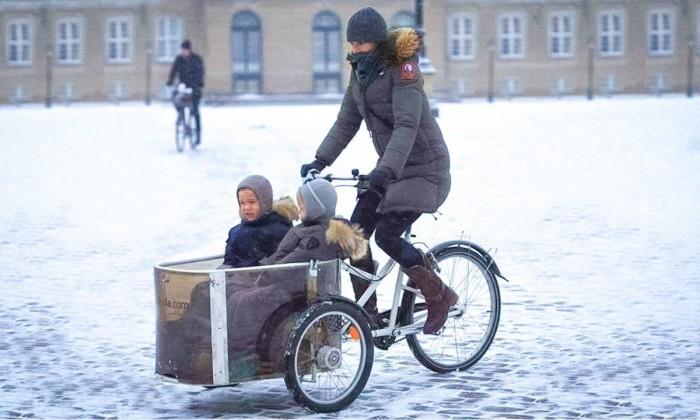 Принцесса Дании на велосипеде едет зимой