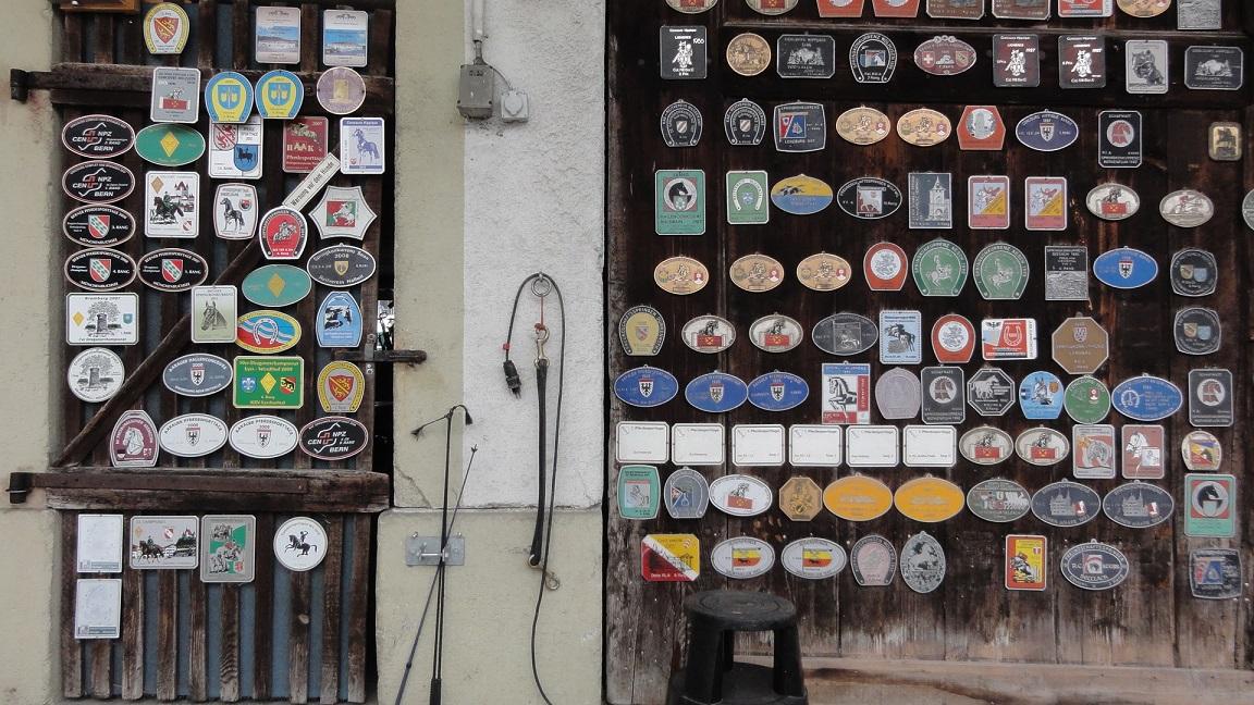 Знаки на дверях кузницы