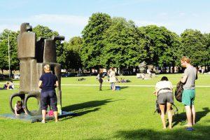 студенты валяются в парке Мюнхена