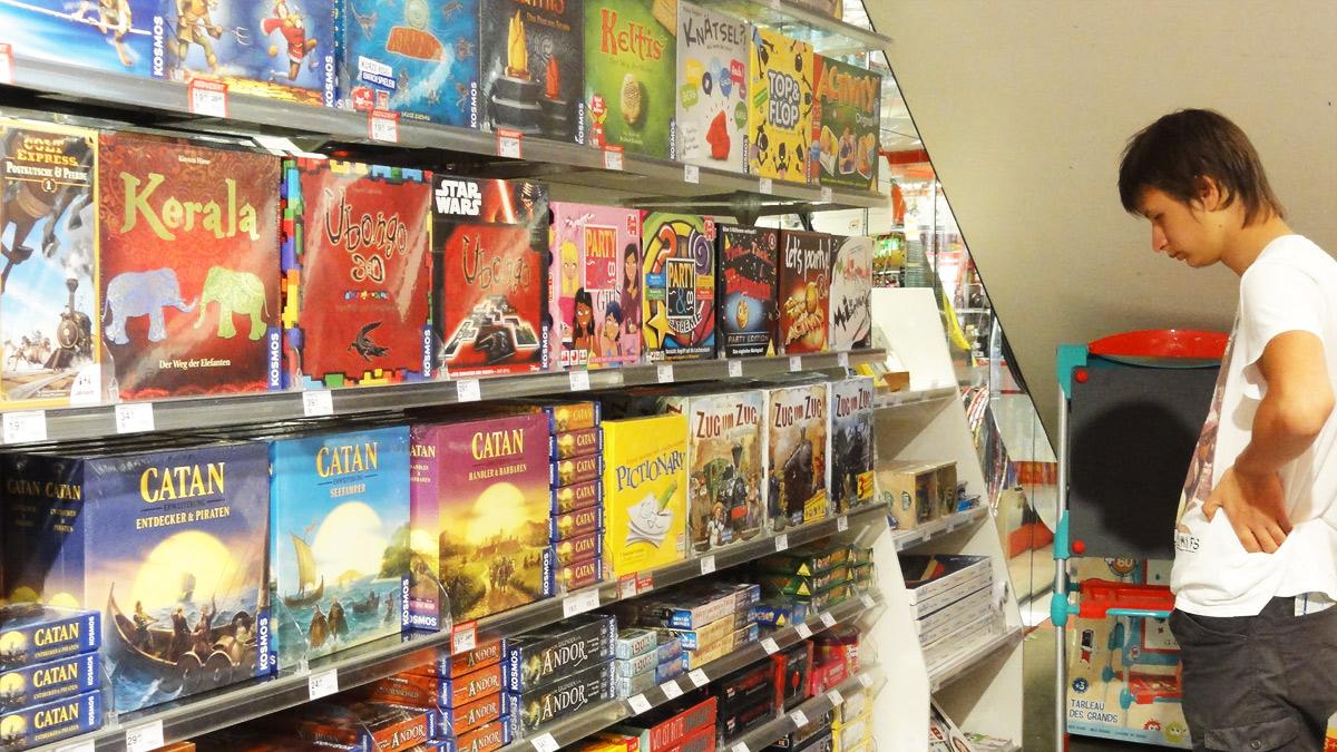 в детском магазине Петр обалдел от количества настольных игр