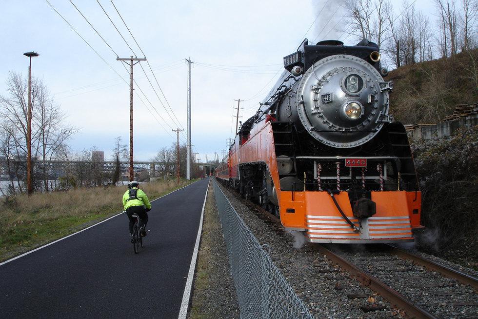 Велодорожка вдоль железной дороги