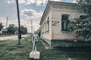 Статуя пионера на старых улочках Верхнеуральска