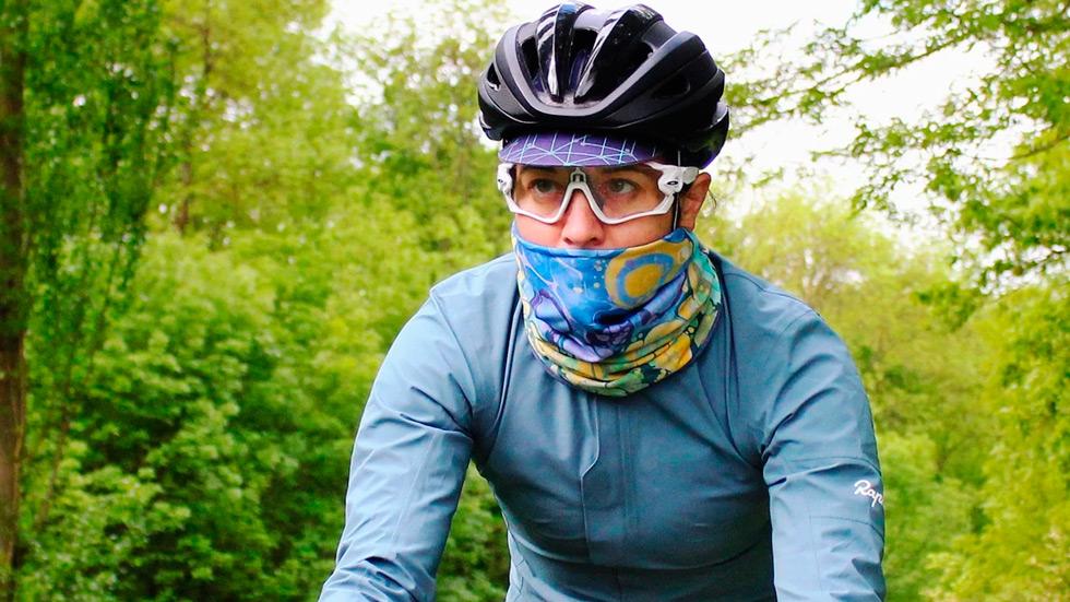 Яркий аксессуар и защита шеи от ветра и холодного воздуха - это бафф